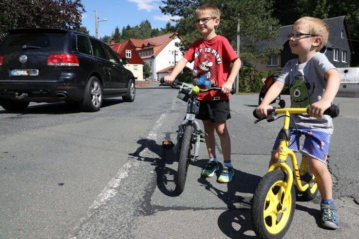 Hier ist es besonders gefährlich: Danilo (5) und Josia (7) wohnen im alten Gemeindeamt an der Ernst-Schneller-Straße in Kuhschnappel.