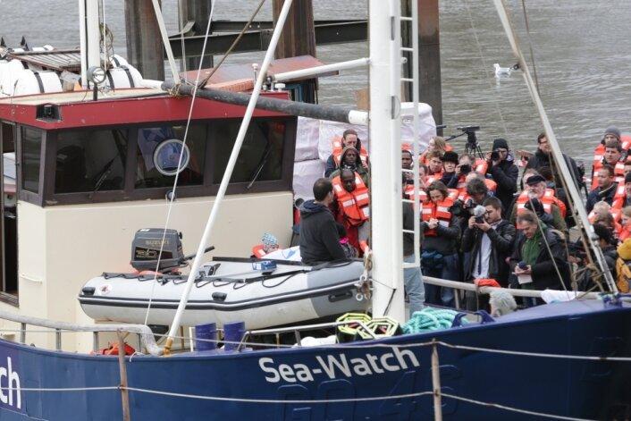 """Harald Höppner - Die Schiffstaufe der """"Sea-Watch"""" Ende März im Hamburger Hafen. Morgen soll das Schiff mit Kurs auf Malta ablegen."""