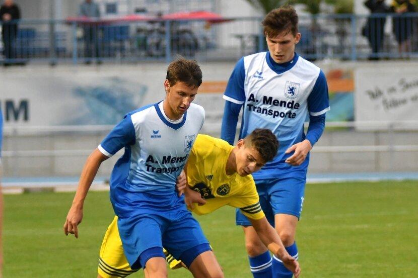 Wieder auf Linksaußen: Philipp Krasselt (l.) wurde in der Vorbereitung oft in der Abwehr des SV Germania eingesetzt. Nun agierte er wieder offensiver und schoss gegen Fortuna Chemnitz prompt ein Tor.