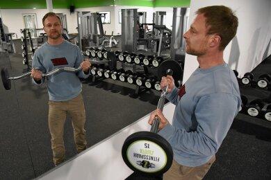 Stemmt nicht nur Gewichte, sondern bald auch eine eigene Existenz: Martin Müller richtet in der Markneukirchner Straße 41a in Zwota ein neues Fitnessstudio ein.