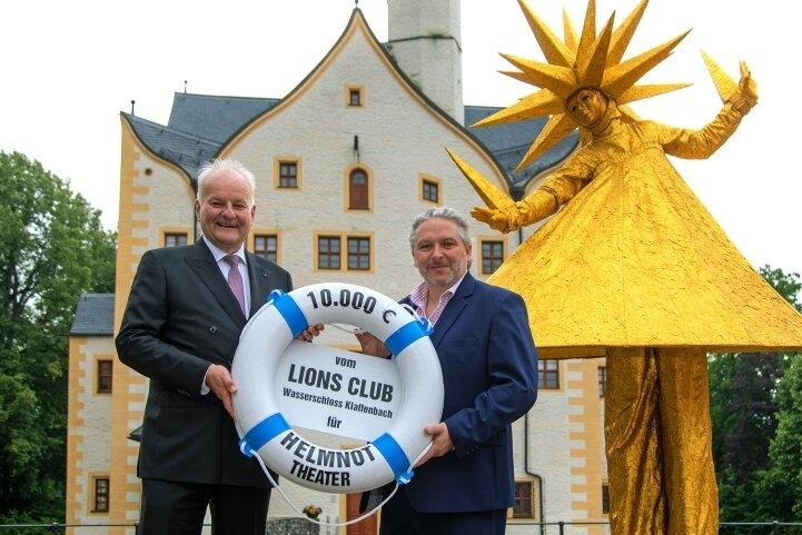 Theaterchef Dirk Grünig (rechts) bekam von Stephan Geupel vom Lions-Club den Rettungsring als Symbol für die Spende.