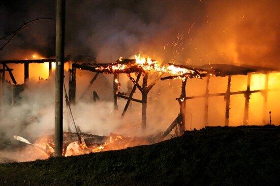 Ein Feuer im Freibad Naundorf hat am Montagabend zwei Gebäude vollständig zerstört.