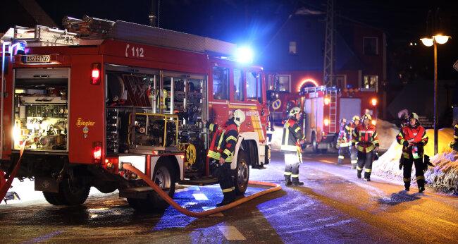 Freiwillige Feuerwehren aus Grünhain-Beierfeld, Waschleite, Bernsbach und Schwarzenberg waren vor Ort.