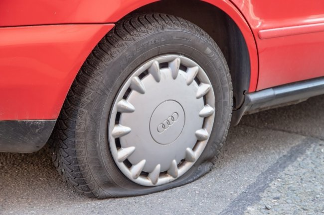 Der zerstochene Reifen eines Audis in Zwickau.