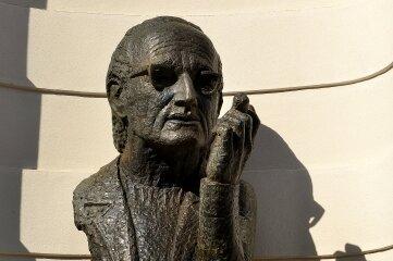 Heiner-Müller-Bronze von Prof. Ulrich Eißner am Gymnasium.