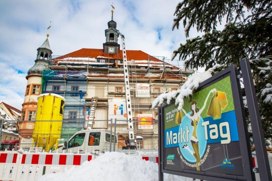 Noch liegt der Oederaner Markt unter einer Schneedecke. Doch der Ausbau des Rathauses geht 2021 weiter. ZumJahresende soll feststehen, wann die Stadtverwaltung wieder einziehen kann.