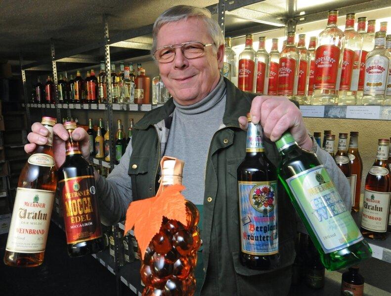 Lagerleiter Heinz Großkopf zeigt traditionelle Erzeugnisse des Unternehmens: Urahn, Mocca Edel, Bergland-Kräuterlikör (früher Bayrisch Kräuter) und Grün-Weiss, auch Pfeffi genannt.