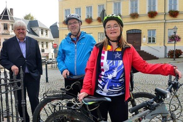 Bürgermeister Dieter Greysinger begrüßt das Radler-Ehepaar Elke Kraus-Häfner und Thomas Häfner vor dem Rathaus in Hainichen.