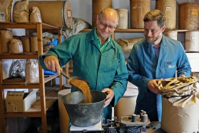 Was kommt ganz genau in die Spirituosen bei Zill & Engler? Noch hat Vater Thomas Lauer seinem Sohn selben Namens nicht in alle Geheimnisse seiner Kunst eingeweiht. Doch das wird sich ändern.