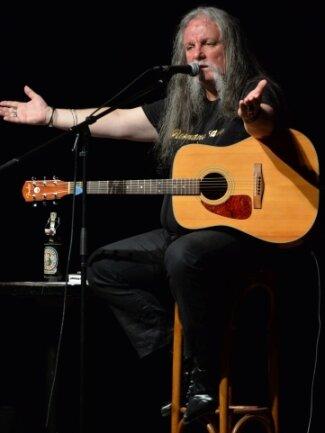 Der unglaubliche Gitarrenschlucker Vicky Vomit nimmt Abschied von der Bühne.