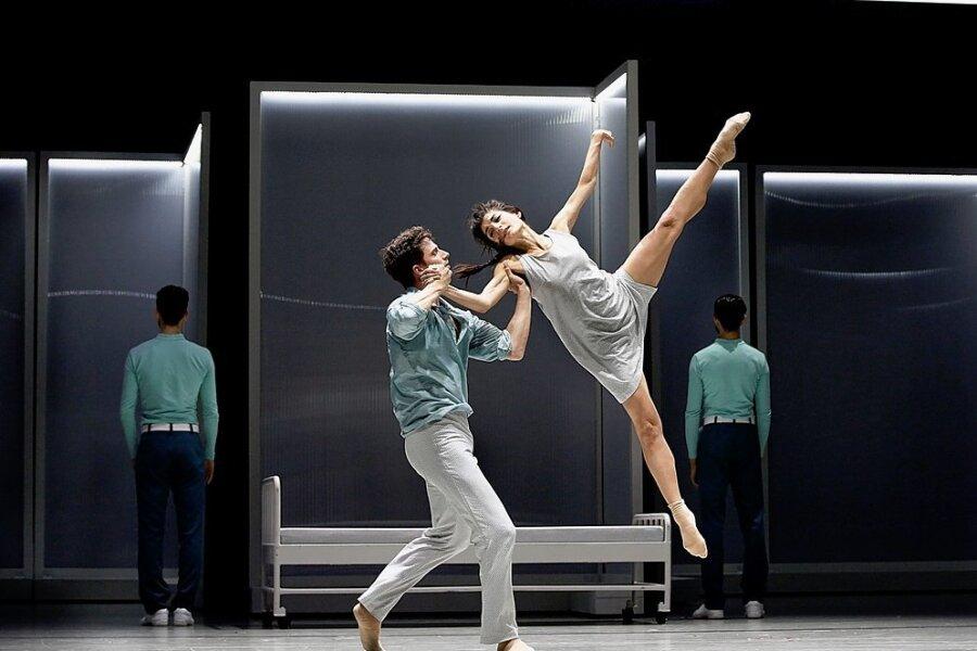 """Antiker Stoff im klinischen Setting: Natalia Krekou (Chloé) und Jean-Blaise Druenne (Daphnis) im Ballett """"Daphnis & Chloé""""."""