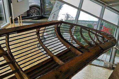 Ein Spiegel sorgt dafür, dass das Bootsskelett Teil der unmittelbaren Umgebung wird - eine Installation von Rolf Lieberknecht.