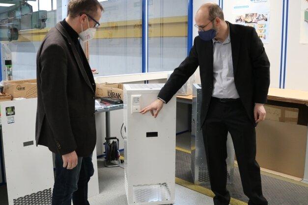 Geschäftsführer Jochen Browa (rechts) führte dem CDU-Bundestagsabgeordneten Alexander Krauß den neuen Raumluftreiniger vor.