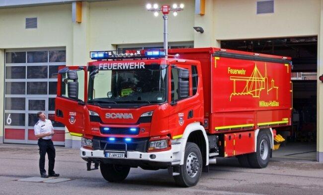 Stadtwehrleiter Christian Paschen bei der Vorstellung des neuen Logistik-Fahrzeuges der Feuerwehr Wilkau-Haßlau.