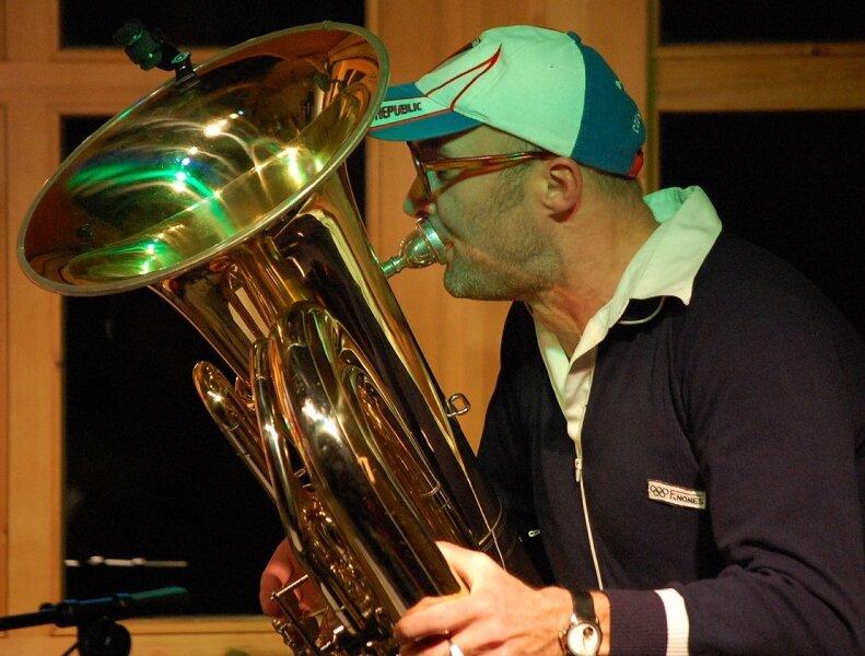 Jindrich Staidel aus Olomouc begeisterte am Samstag mit seiner Combo rund 80 Besucher im Riedelhof Eubabrunn.