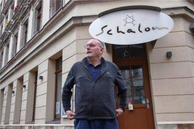 """Uwe Dziuballa vor seinem Restaurant """"Schalom"""", das Ende August 2018 angegriffen wurde."""