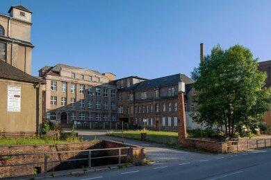 Das Fabrikgelände an der B 173 in Oberlungwitz prägt das Stadtbild. Nach Plänen eines Investors sollen dort auch Räume für Gewerbe und Wohnungen entstehen.