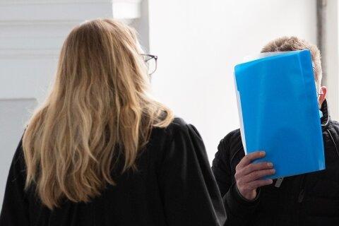 Kein seltener Anblick: Angeklagte halten sich vor Gerichtsverhandlungen - wie hier im Mai in Baden-Württemberg - das Gesicht zu. Das ist ihr Recht.