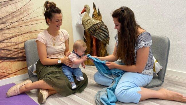 Michelle Renz (rechts) hat sich binnen eines Jahres von der Stoffwindelberaterin zur ganzheitlichen Baby- und Kleinkindberaterin entwickelt. Sie erfährt seitdem eine große Nachfrage von jungen Müttern.