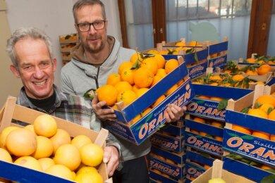 Dass ihre sizilianischen Zitrusfrüchte frisch und unbehandelt sind, wissen die Brüder Grohmann Arndt (links) und Heiko. Zum Beweis machen sie aber auch gern den Schalentest.