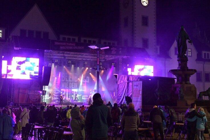Das Finale war nass und kalt: Das Elektropop-Duo Glasperlenspiel zog dennoch rund 500 Besucher auf den Obermarkt.