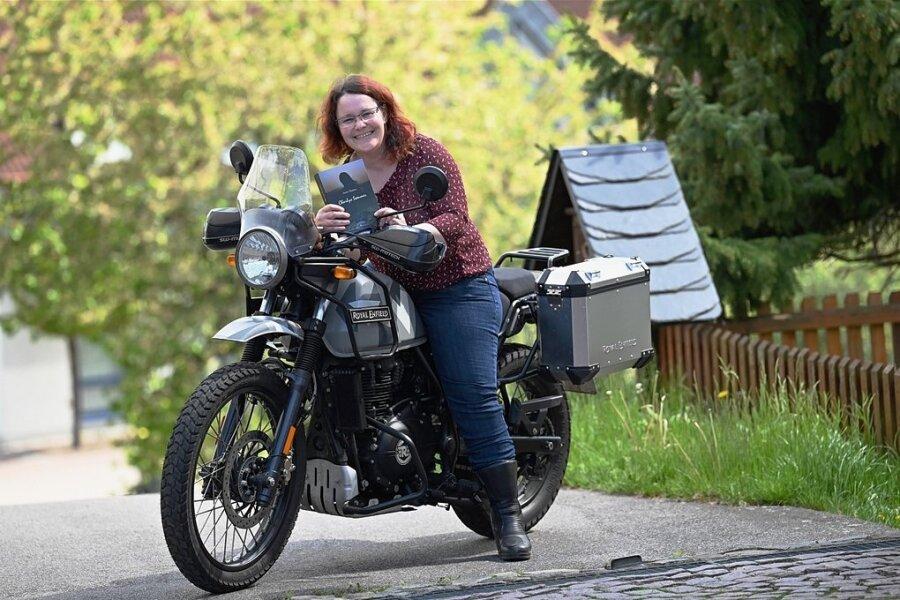 Anett Theisen aus Markersdorf sitzt auf ihrem Motorrad, einer Himalayan der Marke Royal Enfield. Über die Leidenschaft des Motorradfahrens, die vielfältigen Wege des Lebens und eine Dreiecksbeziehung hat die 41-Jährige ihren ersten Roman geschrieben, den sie in den Händen hält.