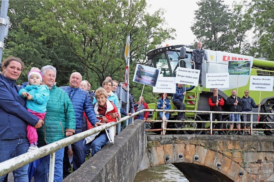 Ein Mähdrescher sollte zum Abschluss der Demonstration zeigen, wie schmal die Krummenhennersdorfer Brücke ist. Der Fahrer musste die Räder der Landwirtschaftsmaschine auf der rechten Seite auf den Bordstein steuern, um an das andere Ufer zu gelangen.
