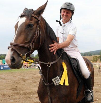 """Andreas Kahl vom Reitverein """"Am Greifenstein"""" Thum gehört zu den Dauerstartern in Wiesa. Auf seiner Stute """"Contara HE"""" gewann er dieses Jahr die Zeit- und die Punktespringprüfung der Klasse L."""