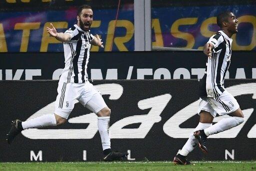 Gonzalo Higuain (l.) erzielt den späten Siegtreffer