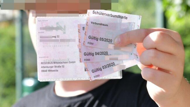 Ein solches Schülerticket hatte der Junge nicht, als er von seiner Mutter von Chemnitz zum Gymnasium mit dem Auto nach Burgstädt gefahren wurde. Deshalb forderten die Eltern die anteilige Rückerstattung der Fahrkosten vom Zweckverband Verkehrsverbund Mittelsachsen. Allerdings hatten sie vor Gericht keinen Erfolg.