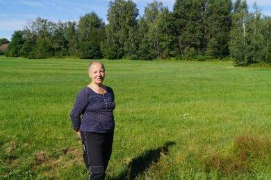 Dunja Lucht auf der Wiese vor der Naturschutzbrache in Kirchberg, die die 67-Jährige gepachtet hat.