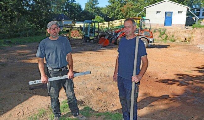 Uwe und Steffen (rechts) Schmidt realisieren einen Großteil der Arbeiten selbst.