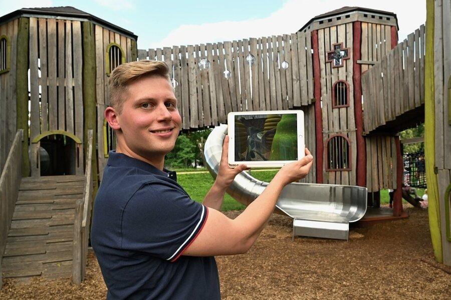 Maximilian Mehner von der ZEV, der das Projekt initiiert hat, zeigt die Möglichkeiten via Augmented Reality am Spielplatz.