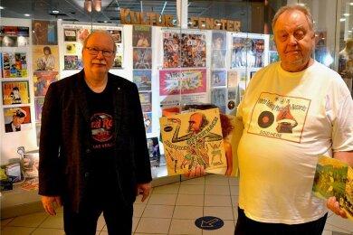 Heinz Tonndorf (links) präsentiert im 11. Plauener Kulturfenster im Einkaufszentrum Die Kolonnaden einen Ausschnitt des Amiga-Schallplattenarchivs von Albrecht Lenk (rechts).