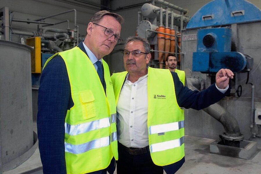 Koehler-Niederlassungsleiter Udo Hollbach (rechts) erläuterte Thüringens Ministerpräsidenten Bodo Ramelow die Feinheiten der Papierherstellung.