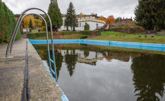 Das Becken des Neundorfer Freibades soll repariert werden. Um die Schäden genauer begutachten zu können, muss das Wasser aber abgelassen werden. Da das Freibad auch Löschwasser-Reserve ist, kann damit erst begonnen werden, wenn die Löschwasserzisterne fertig ist.