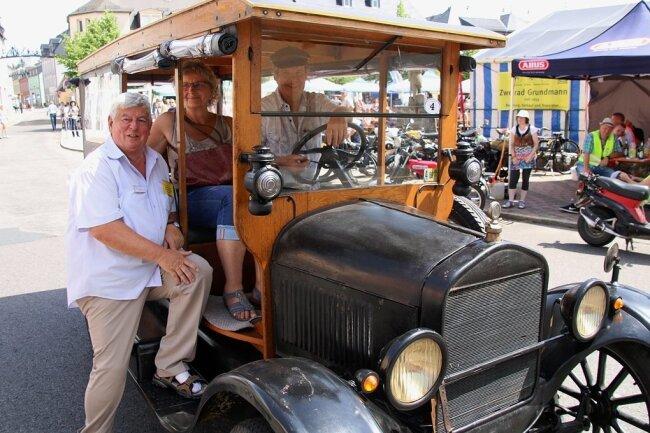 Hans-Jürgen Fischer verabschiedet hier beim Oldtimertreffen 2019 Gäste aus Plauen: Annette und Benno Lange in ihrem Ford T von 1927.