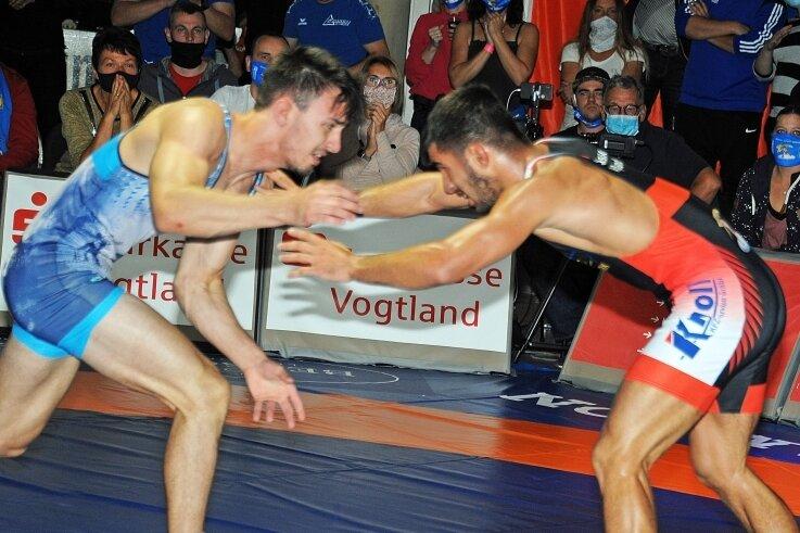 Im letzten Kampf vor der Pause holte Markneukirchens Neuer Stefan Coman (rechts) zwei Punkte. Er gewann seinen Kampf gegen Enes Akbulut in der Klasse Freistil 66 Kilogramm.