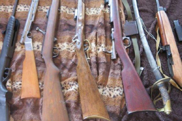 Polizei findet Waffenarsenal und Drogen - Mann festgenommen
