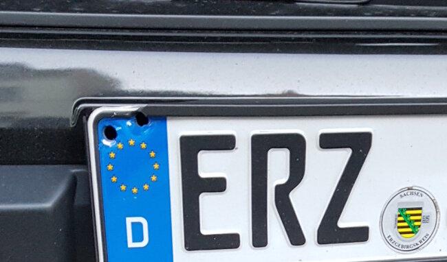 Einschusslöcher im Fahrzeug der Stadtverwaltung.