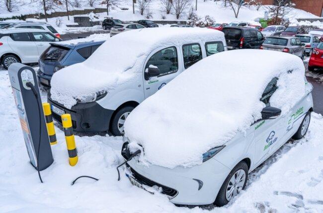 Die beiden Carsharing-E-Autos auf dem Parkplatz am Gartenhaus. Unter der Woche bislang für den Verkehrsverbund Vogtland reserviert, aber wenig genutzt, wird ihre Verfügbarkeit in einer sechsmonatigen Testphase jetzt erweitert.