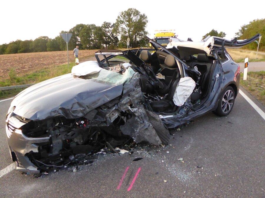 Renault prallt gegen Laster - Fahrer schwer verletzt