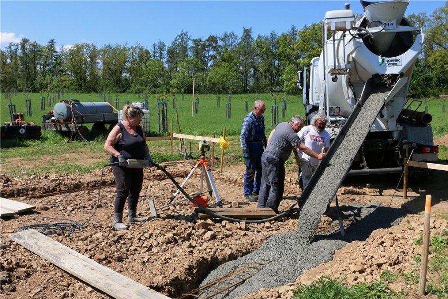 Diese Woche wurde der Beton fürs Fundament eingelassen. Damit nimmt der Scheunenbau nahe Kloschwitz an Fahrt auf.