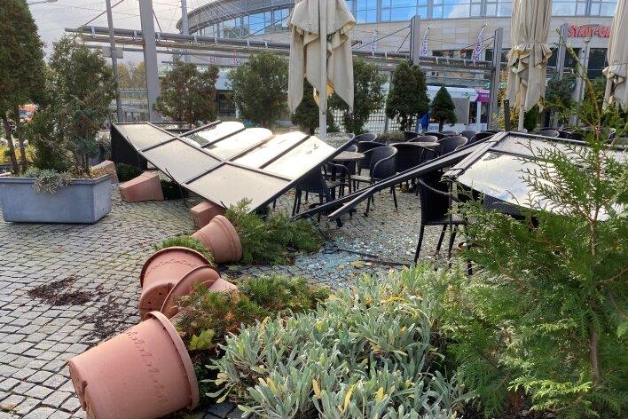 Der Sturm fegte selbst Blumenkübel um - wie hier am Plauener Theatercafé. Auch große Teile der Biergartenbegrenzung wurden zerstört.