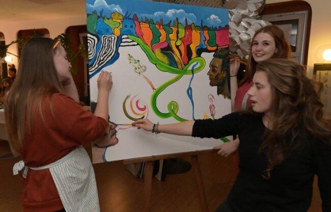 Linda Kaufmann, Sarah Göckeritz und Mathilda Leonhardt (von links) arbeiten an dem Gemeinschaftskunstwerk mit.