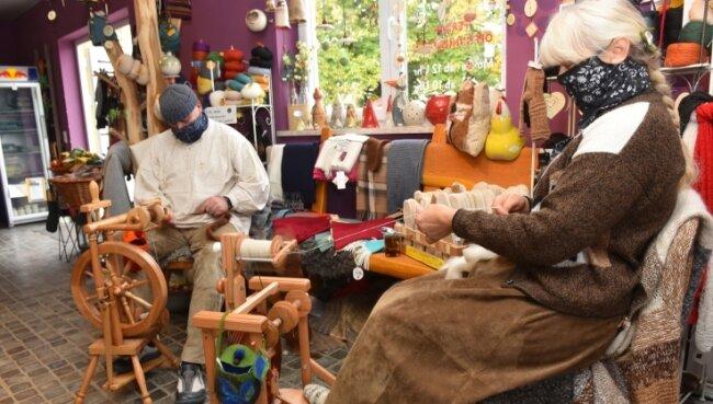 Im Alpakahof des Memmendorfer Sterns stellen Regina und Jens Kuttig aus Brand-Erbisdorf die Zucht der südamerikanischen Vierbeiner vor und zeigen praktisch, wie deren feine Wolle am Spinnrad verarbeitet wird.