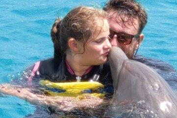 Nora Vanis mit ihrem Trainer Markus und Delfin Chabelita bei der Therapie in Curacao.