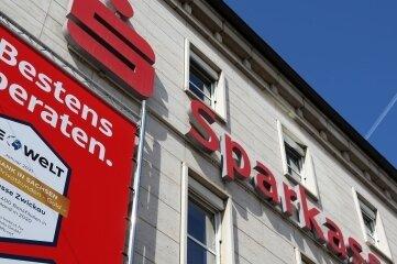 Das Zwickauer Geldhaus hat neue Kontenmodelle eingeführt. Für 93.000 Girokonteninhaber steigen jetzt die Gebühren.