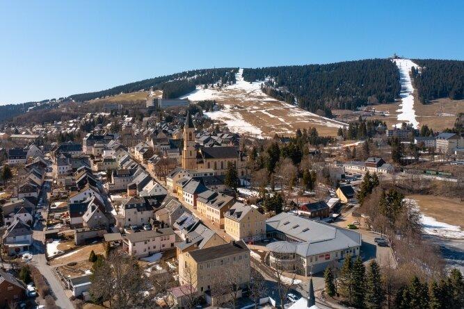 Die Pandemie beschert der Tourismushochburg am Fichtelberg schwere Zeiten. Auch im städtischen Etat fehlen die Einnahmen.