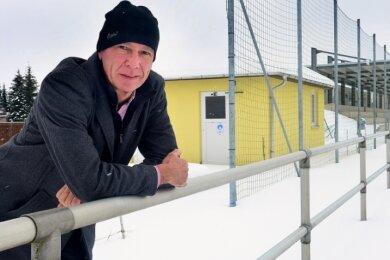 """Bürgermeister Jens-Uwe Miether im Sportpark """"An der Reichskrone"""" in Altmittweida. Rund 50.000 Euro will die Gemeinde 2021 in Sportplätze investieren."""